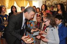 «Իմ Թումանյանը».  մարզի ղեկավարը գրքեր նվիրեց պատանիներին ու աղջիկներին