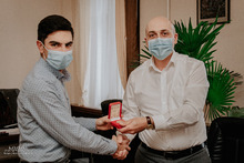 Մարզի ղեկավարը Արմեն Ասրյանին պարգևատրեց շնորհակալագրով և անձամբ հանձնեց ոսկե մեդալը